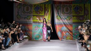 Modewoche: Prominente Models bei Versace in Mailand